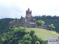 Die Burg Cochem an der Mosel sollten Sie auf Ihrer Weinreise nicht auslassen.