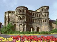 Die Porta Nigra in Trier an der Mosel stammt noch aus der Römerzeit.