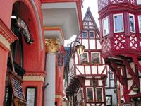 In Traben-Trarbach und Bernkastel-Kues findet man noch heute historische Spitzhäuser.