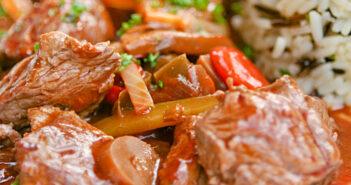 Rotwein Rinder-Gulasch mit Reis: Leckeres Rezept mit Rotwein