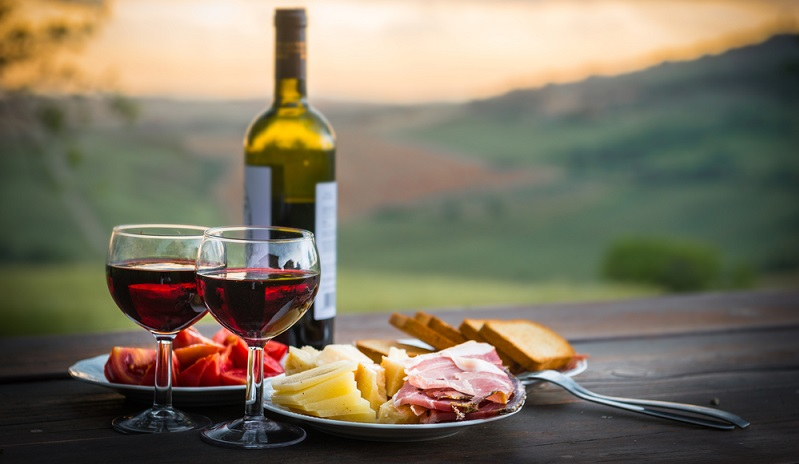Die vielen kleinen Restaurants und heimeligen Gasthöfe präsentieren die ganze Kunst der Franche Comté und bieten einen Querschnitt durch die typischen Produkte. Tradition wird hier in der Lebensmittelherstellung großgeschrieben und die vielfältigen Geschmacksnoten verleiten dazu, immer noch ein bisschen mehr zu probieren und sich durch das Jura zu kosten.(#01)