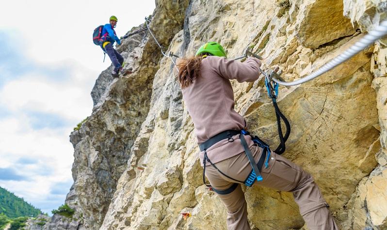 Die Via Ferrata befindet sich direkt in einer Felswand. Da diese niemand ohne Sicherung erklettern sollte, gibt es Seile und Leitern direkt vor Ort. Sie sichern den Aufstieg und erleichtern diesen natürlich auch, sodass auch ungeübte Kletterer zum Ziel kommen. Der Schwierigkeitsgrad kann dabei individuell verschieden gestaltet werden. (#03)