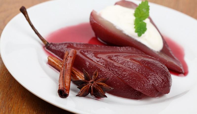 """Ein einfaches und dennoch raffiniertes Rezept ist die """"Birne an Rotweinsauce"""". Dafür werden zunächst reife Birnen (pro Portion eine Birne) gewaschen und anschließend geschält. (#05)"""