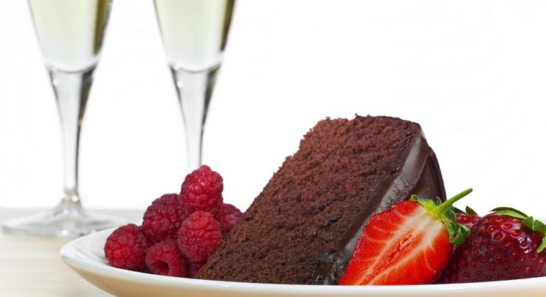 Auch zum Backen kann man Wein verwenden. Wie wäre es mit einem köstlichen Rotweinkuchen mit Rotweinzuckerguss? (#06)