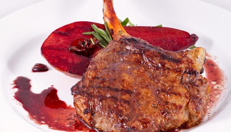 Eine Rotweinsauce passt hervorragend zu dunklem Fleisch. Einem Gericht mit Rind-, Wild- oder Kalbfleisch verleiht Wein die besondere Note und auch zum zarten Lammfleisch passt das fruchtige Aroma perfekt. (#01)