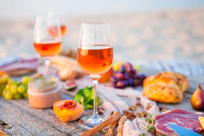 Nicht nur zu Rotwein kann man leckere Köstlichkeiten genießen. Gerade zu Rosé Wein passt ein leckerer Käse, eine handvoll Nüsse und eine Scheibe Schinken besonders gut. (#2)
