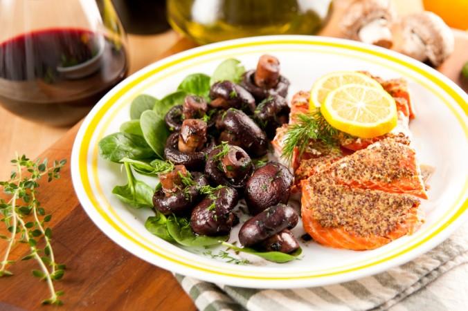Die meisten Menschen glauben, dass man einen Rotwein nicht zu einem Fisch genießen sollte. Wir sind anderer Meinung. Es gibt schmackhafte Rotwein Rezepte mit Fisch. Einzig auf eine dezente Tannine ist zu achten. (#5)