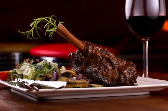 Leckere Rotwein Rezepte gibt es nicht nur für Lammgerichte. Auch Rinderbraten gelingen mit einem kräftigen Bordeaux oder Burgunder ganz köstlich. (#1)
