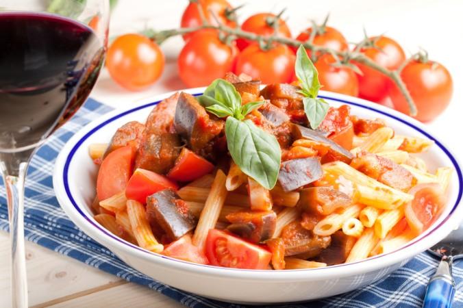 Es muss auch nicht immer ein aufwendiges Gericht sein: Rotwein Rezepte nachkochen kann auch einfach sein. Leckere Penne, mit fruchtiger Rotwein-Tomatensoße mit frischem Gemüse und dazu noch ein gutes Gläschen Rotwein - das schmeckt! (#3)