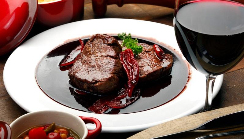Mit Rotwein lassen sich Rindfleisch- und Wildgerichte hervorragend abrunden. (#04)
