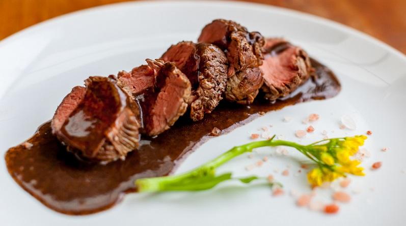 Zu einem Gericht mit dunklem Fleisch wird ein dunkler Wein und zu einem Gericht mit hellem Fleisch entsprechend ein heller Wein verwendet. (#02)