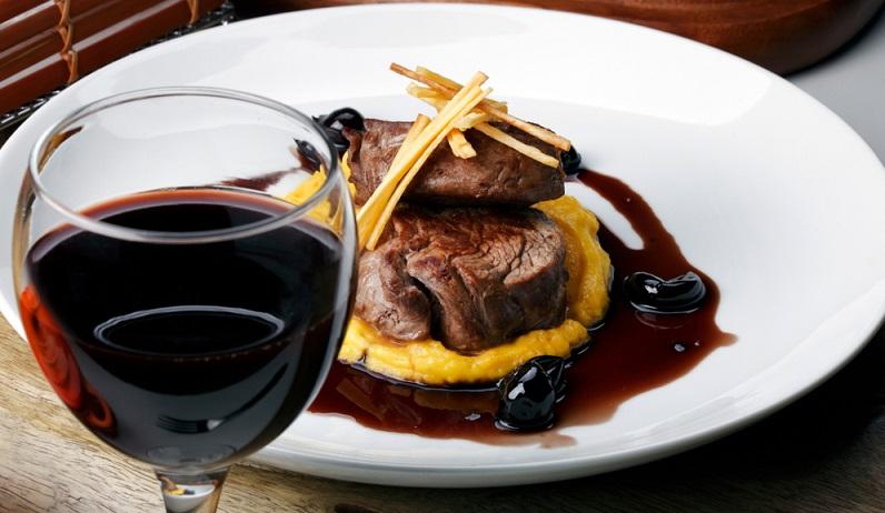 Zu einem Gericht mit dunklem Fleisch wird ein dunkler Wein und zu einem Gericht mit hellem Fleisch entsprechend ein heller Wein verwendet. (#03)