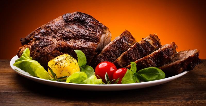 Obwohl generell die Weine, die auch zum jeweiligen Gericht als Getränk gereicht werden, zum Zubereiten des Bratens verwendet werden sollten, heißt das nicht, dass man einen Spitzenwein für die Sauce benötigt. (#01)