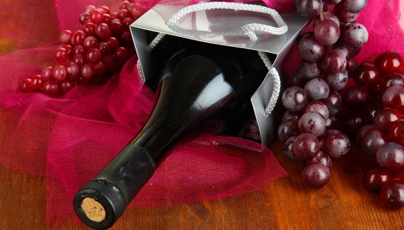Zu vielen Anlässen ist es völlig ausreichend, die Flasche Wein zu überreichen, sofern diese mit einer Schleife versehen ist oder in einer Weingeschenktasche steckt. (#02)