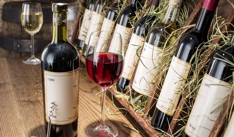 Bringen Sie einen guten Wein zum Essen mit, können Sie je nach Menü auf einen Weiß- oder Rotwein setzen. (#01)