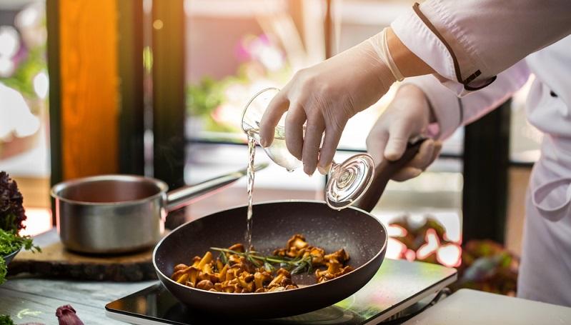 Bei einer längeren Garzeit kann eher ein relativ günstiger Kochwein ausgewählt werden, während man für Gerichte mit einer kurzen Garzeit einen hochwertigeren Kochwein benötigt. (#03)