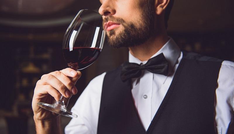 """Stillstand gibt es nicht. Zu jeder Tageszeit sollte der Weinkellner """"im Dienst"""" sein und nach neuen Weinen suchen, die ideal zum Angebot der Luxusgastronomie passen. (#4)"""