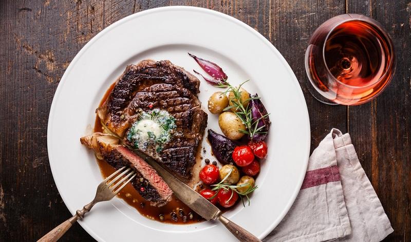 Ein perfekt gebratenes Stück Fleisch mit einer delikaten Rotweinsauce.(#1)