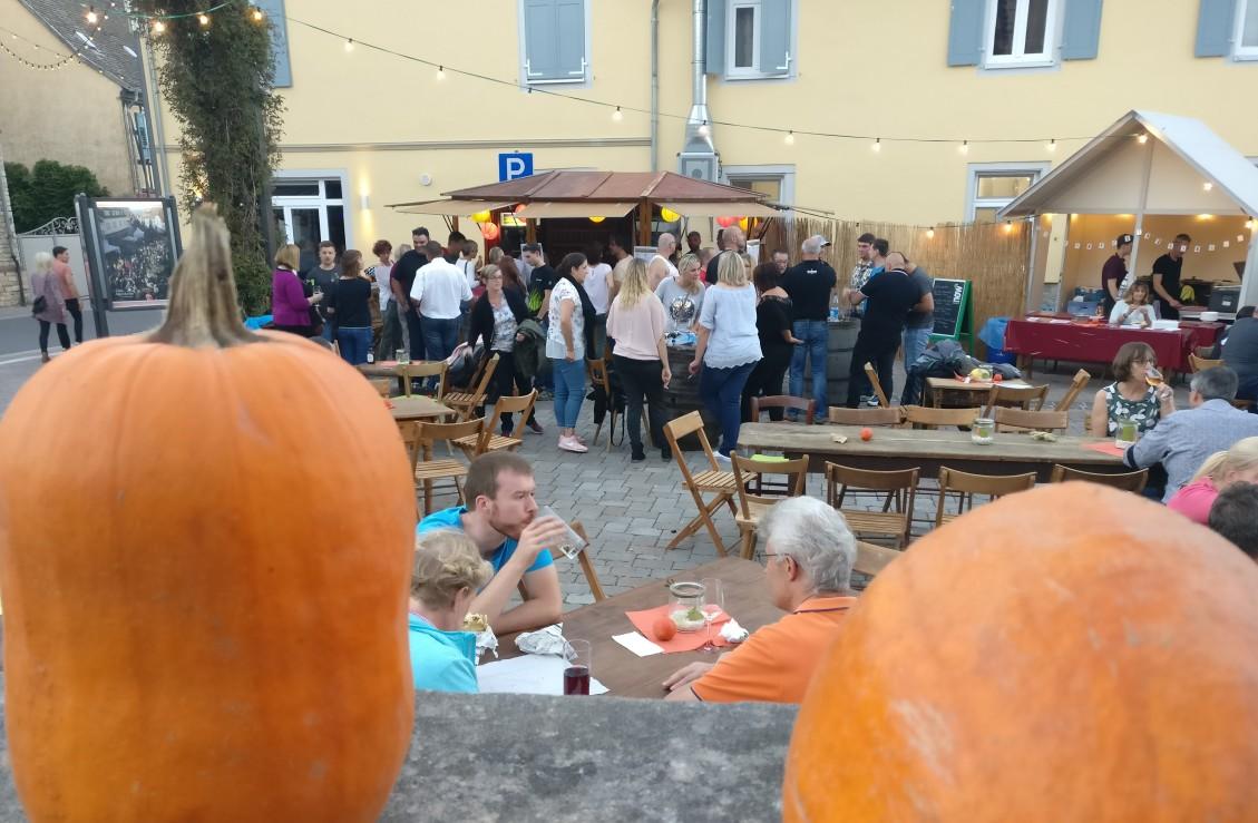 Hier auf dem Johannishof an der Langgasse begann das Fest des jungen Weins. Viele andere Weingüter und Höfe hatten ebenfalls ihre Tore geöffnet.