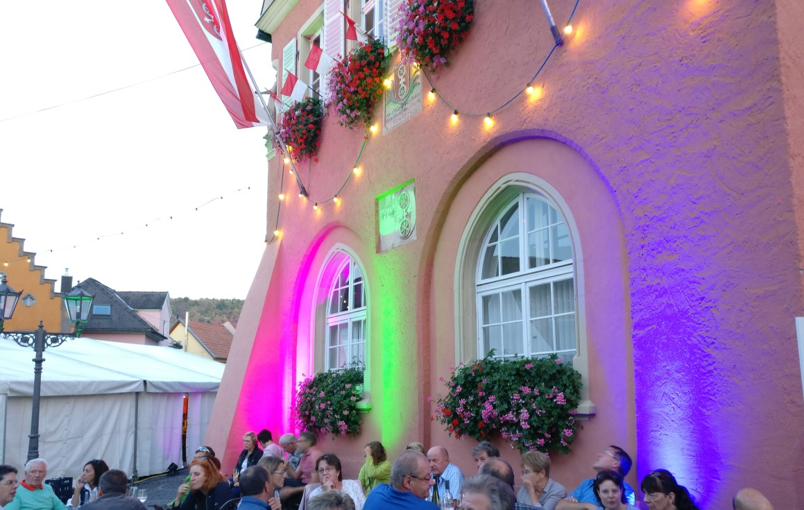 Die Wände des alten Rathaues am Marktplatz waren farbig illuminiert.