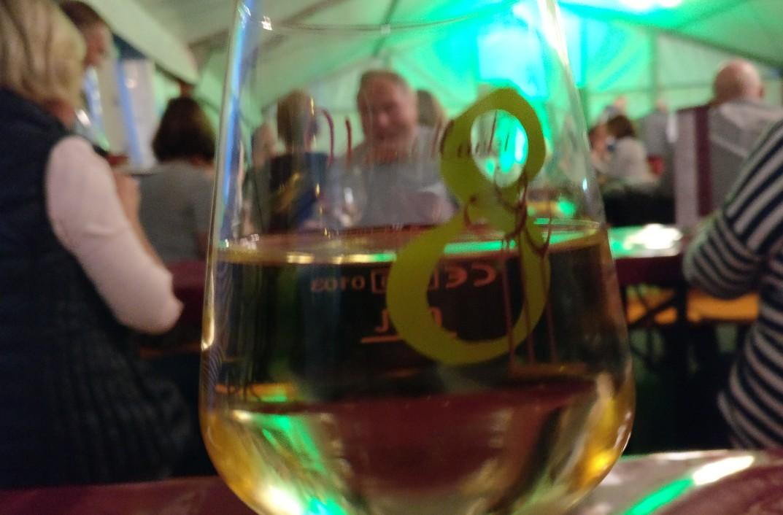 """Im Weinzelt am Marktplatz wurde Wein der """"8 Winzer"""" ausgeschenkt."""
