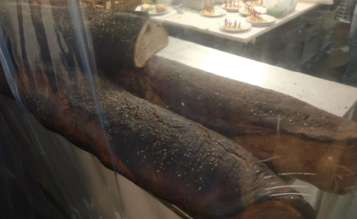 Das urig-würzige Brot am Bistrostand in den meterlangen Laiben.