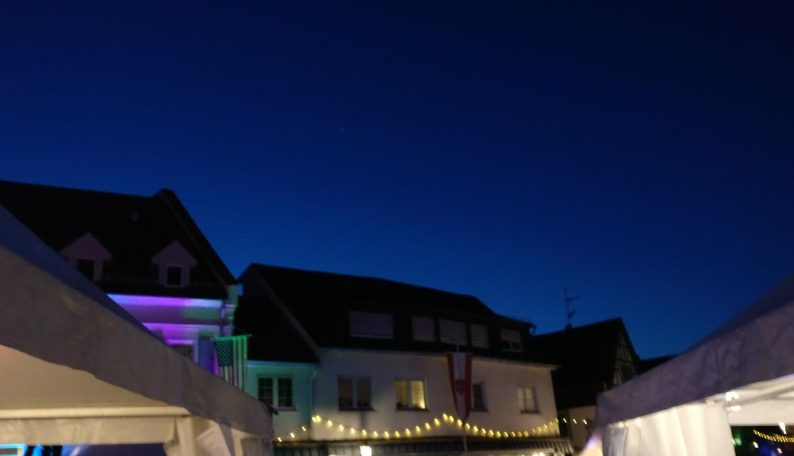 Die Blaue Stunde über Gau-Algesheim.  Im Rummel des Festes ist sie möglicherweise untergegangen.