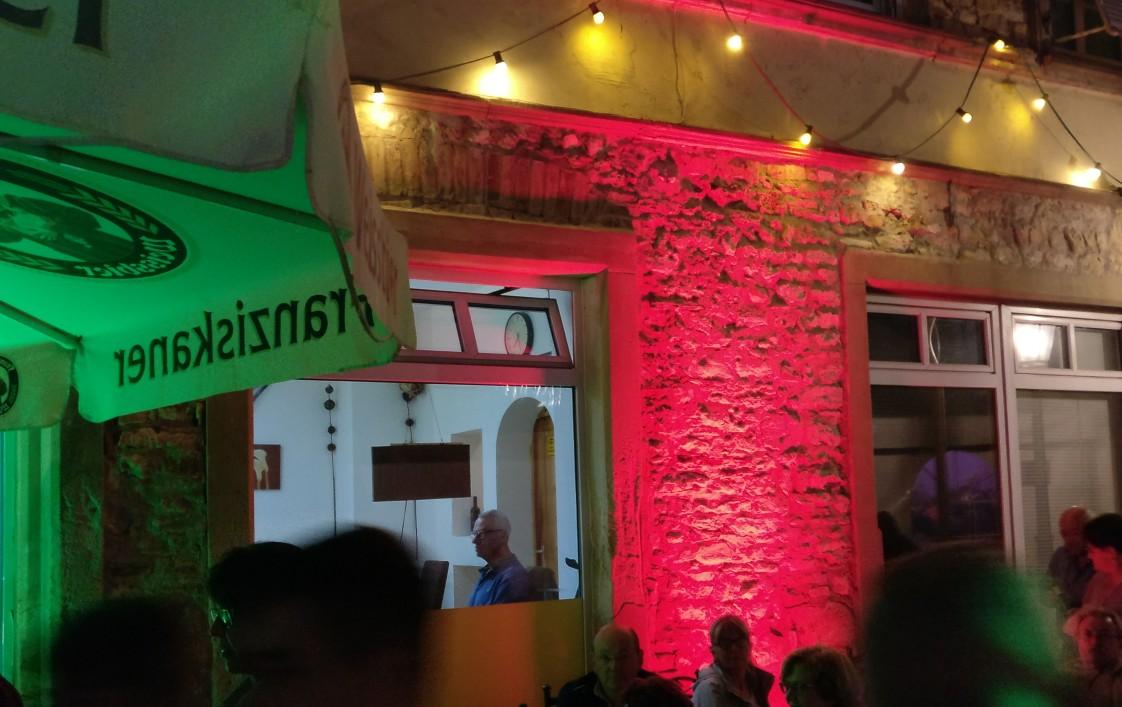 Alle Häuser rund um den Marktplatz von Gau-Algesheim wurden in den Abendstunden in farbiges Licht getaucht.