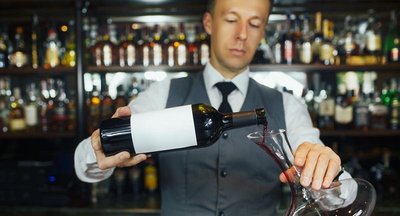 Der Wein muss die richtige Temperatur haben, um sein volles Aroma entfalten zu können. Ideal ist eine Trinktemperatur zwischen 15 und 18 °C für Rotwein, Weißwein darf kühler sein.