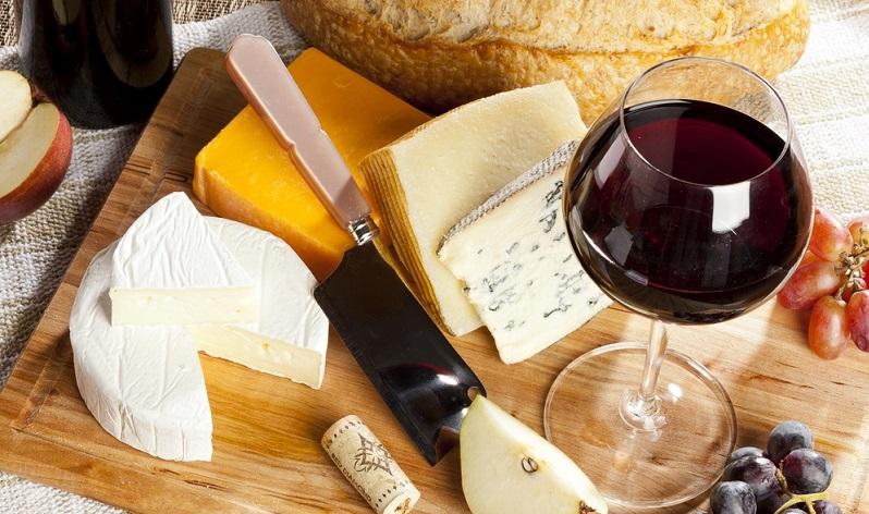 Zu Käse gibt es Rotwein, auch volle Weißweine sind geeignet.
