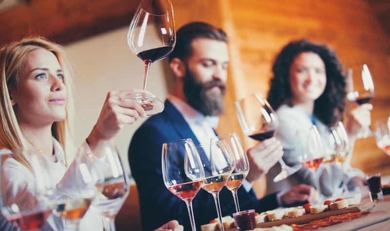 Die Weinverkostung zu Hause mag ein lustiges Ereignis werden, wenn jeder den Wein, den er verkostet, auch trinken würde!