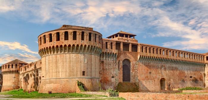 """Sporthotel Milano Marittima: den Wein in der Emilia-Romagna besuchen. Wer dabei in Imola vorbeikommt, kann der alten Burg """"Rocca Sforzesca"""" einen Besuch abstatten."""