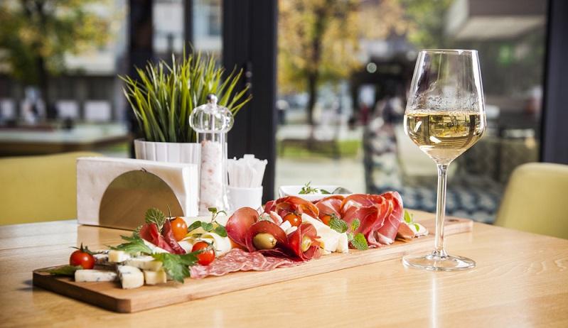 Zu Vorspeisen passt immer ein leckerer Weißwein ( Foto: Shutterstock-  VladaKela _)