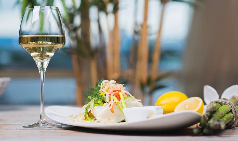 Für einen unvergesslichen Abend gehören Wein und Essen zusammen ( Foto: Shutterstock-Evgeny Starkov )