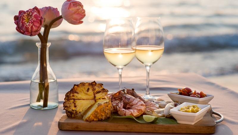 Meeresfrüchte und Weißwein im Einklang ( Fotolizenz- Shutterstock-Nataliya Muzhetskaya )