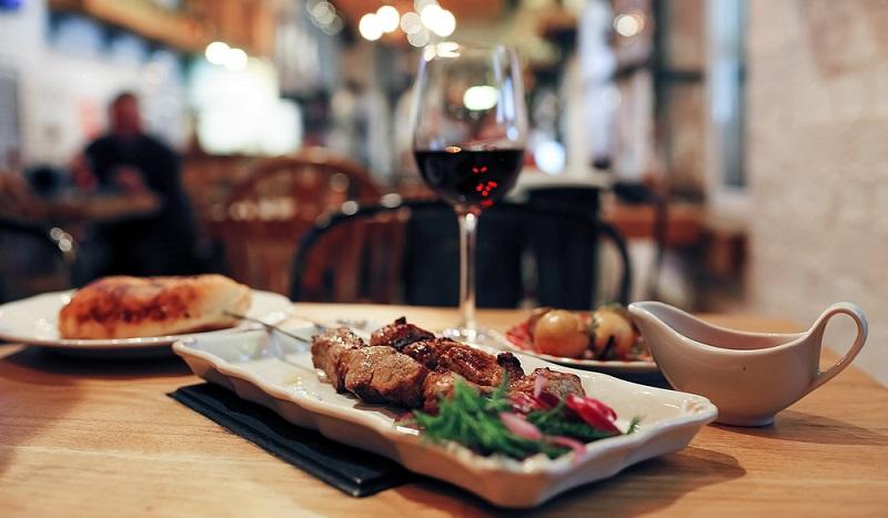 Dinner zu zweit mit tollem Essen und noch tollerem Wein ( Foto: Shutterstock-  Kichigin)