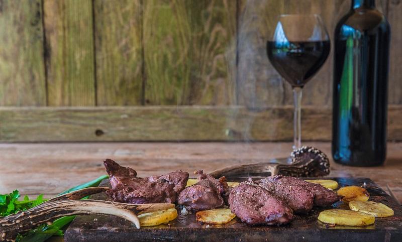 Zu rotem Fleisch passt immer ein leckerer Wein ( Foto: Shutterstock-Stsvirkun )