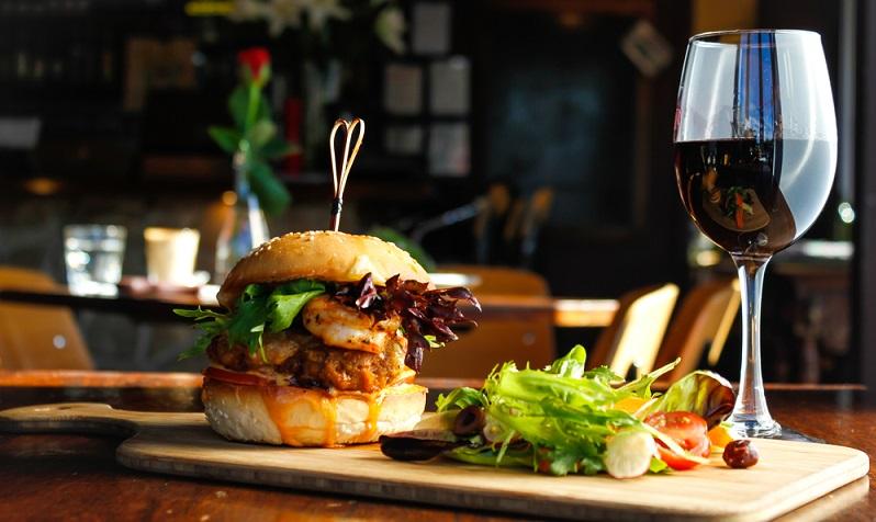 Rotwein mit Burger, sicher nicht für Jedermann die optimale Kombination ( Foto: Shutterstock-sunnygillphotoz)