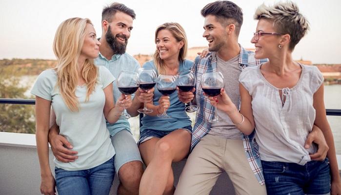 Leckeren Rotwein und Zeit mit guten Freunden verbringen, besser geht es nicht ( Foto: Shutterstock-Ivanke80)
