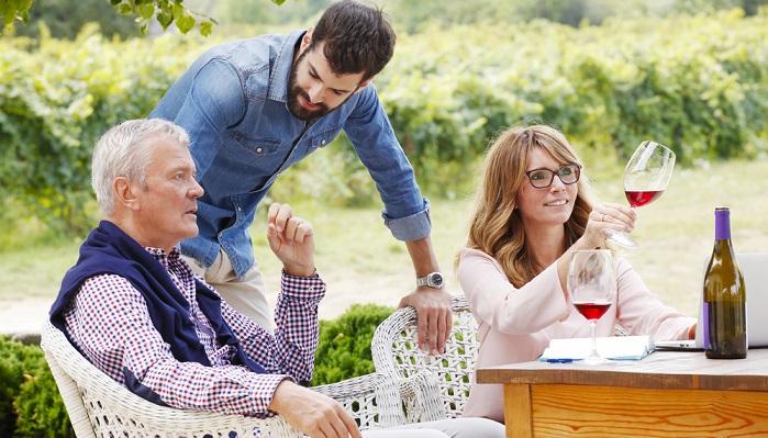 Auch bei der Online Weinprobe sollte die Verkostung der Weine nicht wild durcheinander ablaufen. ( Foto: Shutterstock- Kinga)