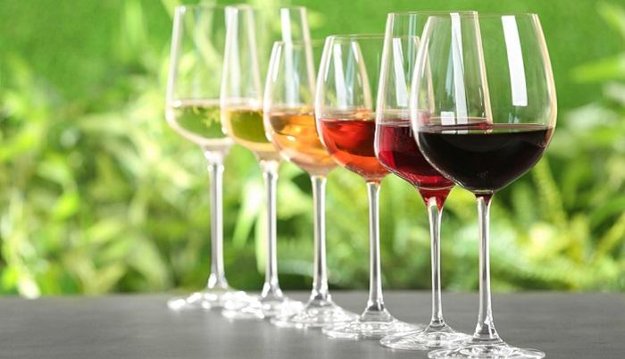 Eine Online Weinverkostung kann auch nur unter Freunden (ohne professionelle Anleitung) stattfinden. ( Foto: Shutterstock- New Africa )