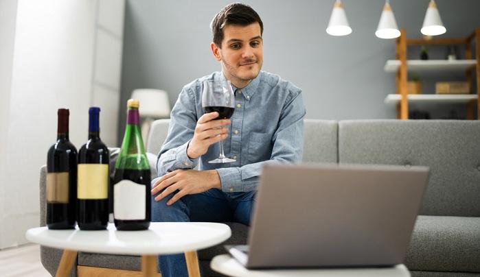 """Wein sollte man genießen! Das gilt auch bei der Weinverkostung, die nicht """"zwischen Tür und Angel"""" erfolgen sollte. ( Foto: Shutterstock-Andrey_Popov)"""